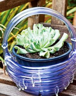 http://www.portaldeartesanato.com.br/materias/2688/recicle+a+mangueira+furada