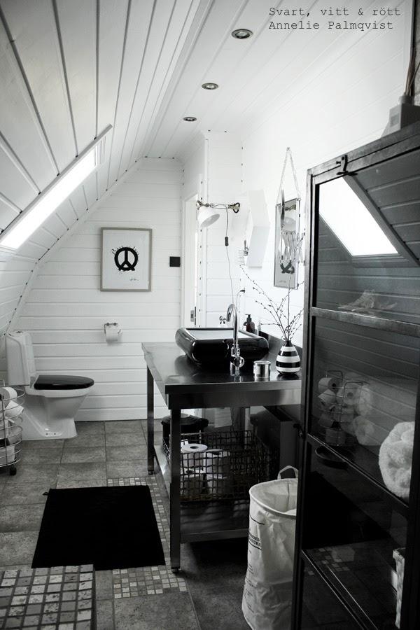 svart och vitt i badrum, badrummet, renoverat badrum, svart matta marimekko, badrumsmatta, tvättkorg house doctor, korg med text, plåtskåp, skåp i badrummet, manzani, svart toalettsits, korg, trådkorg, vit panel, svart tvättfat, hafa handfat, renovering, 2014, industristil, industriellt badrum, svart marimekko badrumsmatta, speglar, spegel,