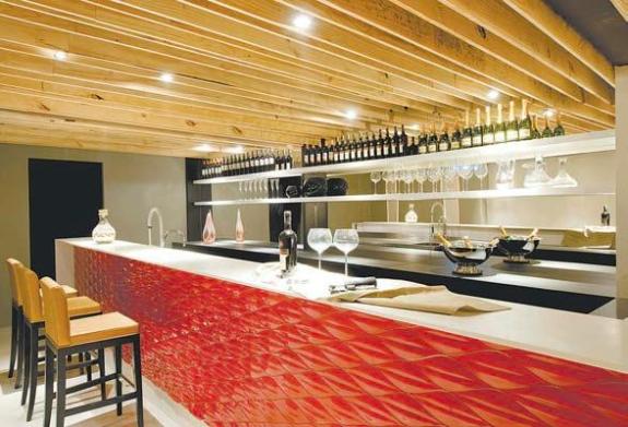 Wine+Bar+revestimento+australiano+de+vidro+vermelho+no+acabamento Soluções criativas e baratas para mudar o visual da casa