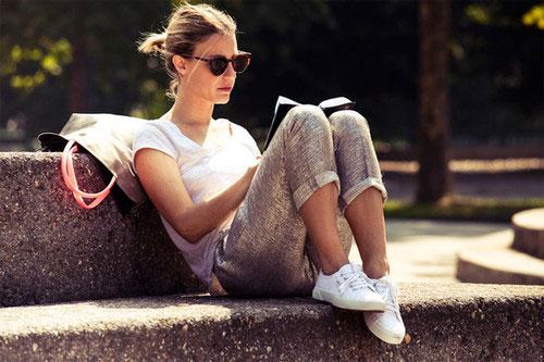 chica leyendo en parque