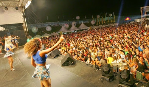 Multidão curte música sertaneja e forró no Carnaval em Aquiraz