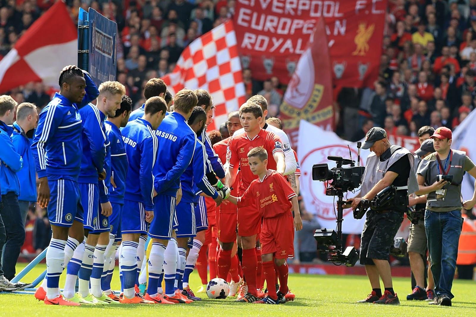 Skuad Liverpool dan Chelse bejabat tangan sebelum pertandingan dimulai