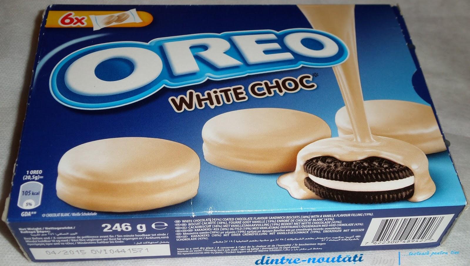 Biscuiți glazurați cu ciocolată albă (43%), aromă de ciocolată (38%) și umplutură cremă de vanilie (19%).
