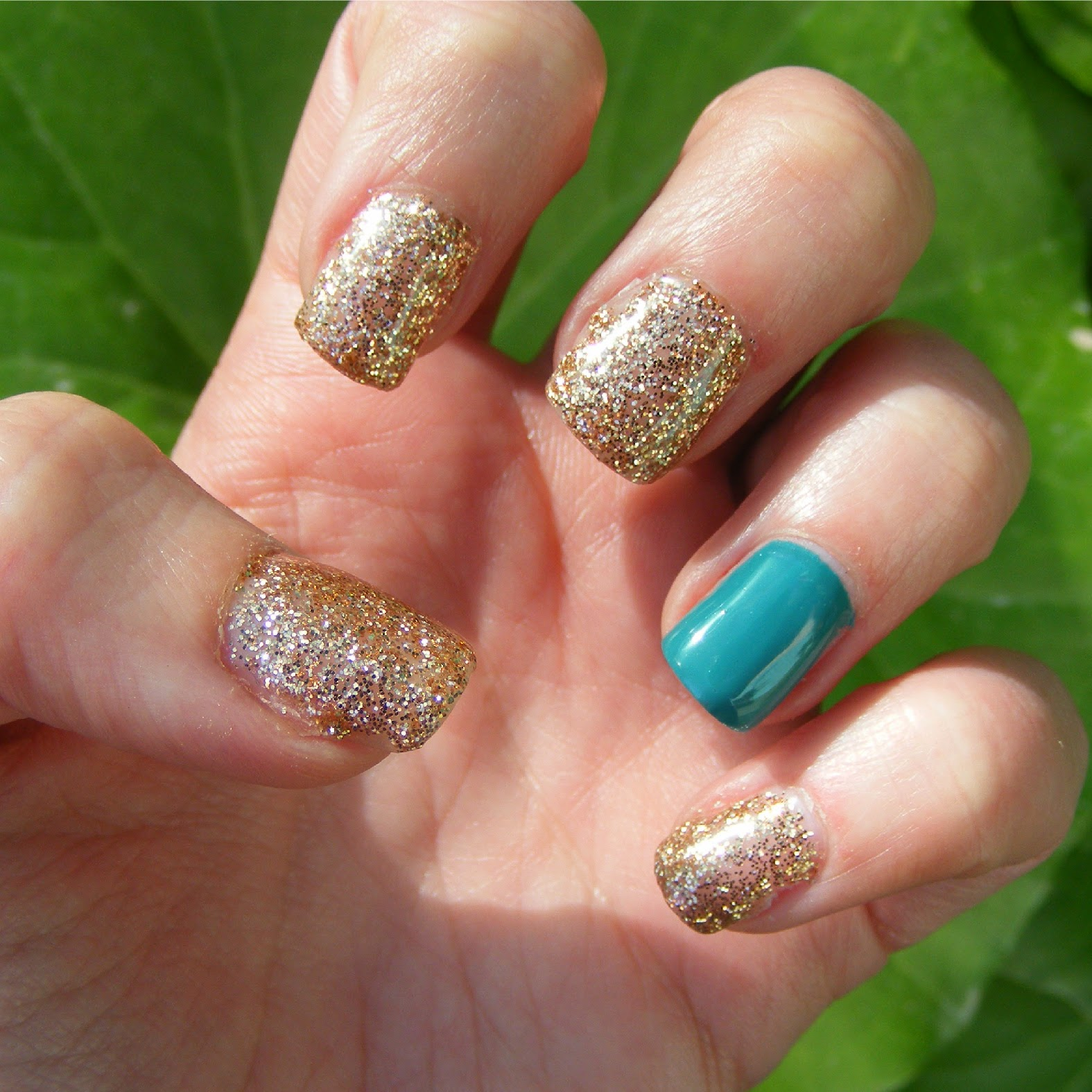 Nails Of The Day (NOTD): Glitter gel manicure ~ Cosette