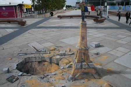 seni 3 dimensi Menara Eifel di jalan trotoar