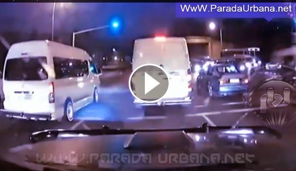 VIDEO INSOLITO -  Cámara Capta el momento en que un camión, cruza en rojo provocando accidente en que mueren 27 personas