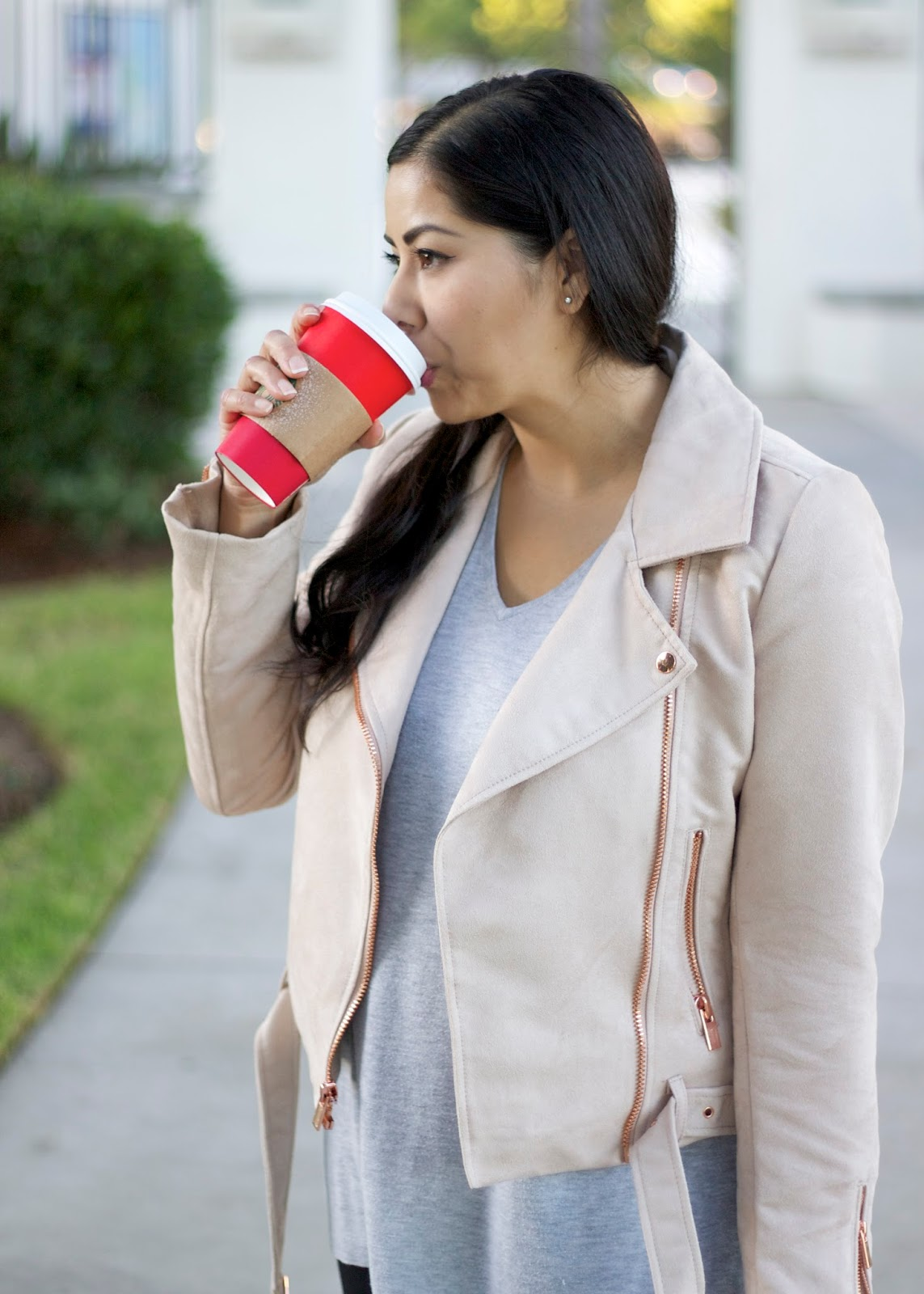 I love Starbucks, what to wear with a red Starbucks cup, Monday Style