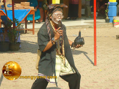 FOTO : Uwa Lengser diperankan oleh Bapak Guru Ato