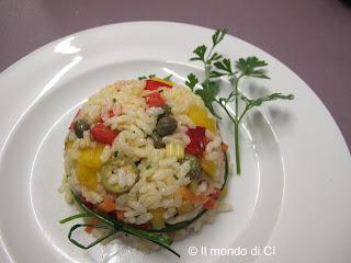 Insalata di riso estiva con verdure crude e cotte