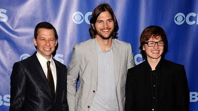 Jon Cryer, Ashton Kutcher e Angus T. Jones na divulgação de Two And a Half Men