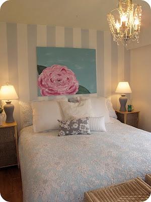 papel de parede listra azul e branco quarto de casal