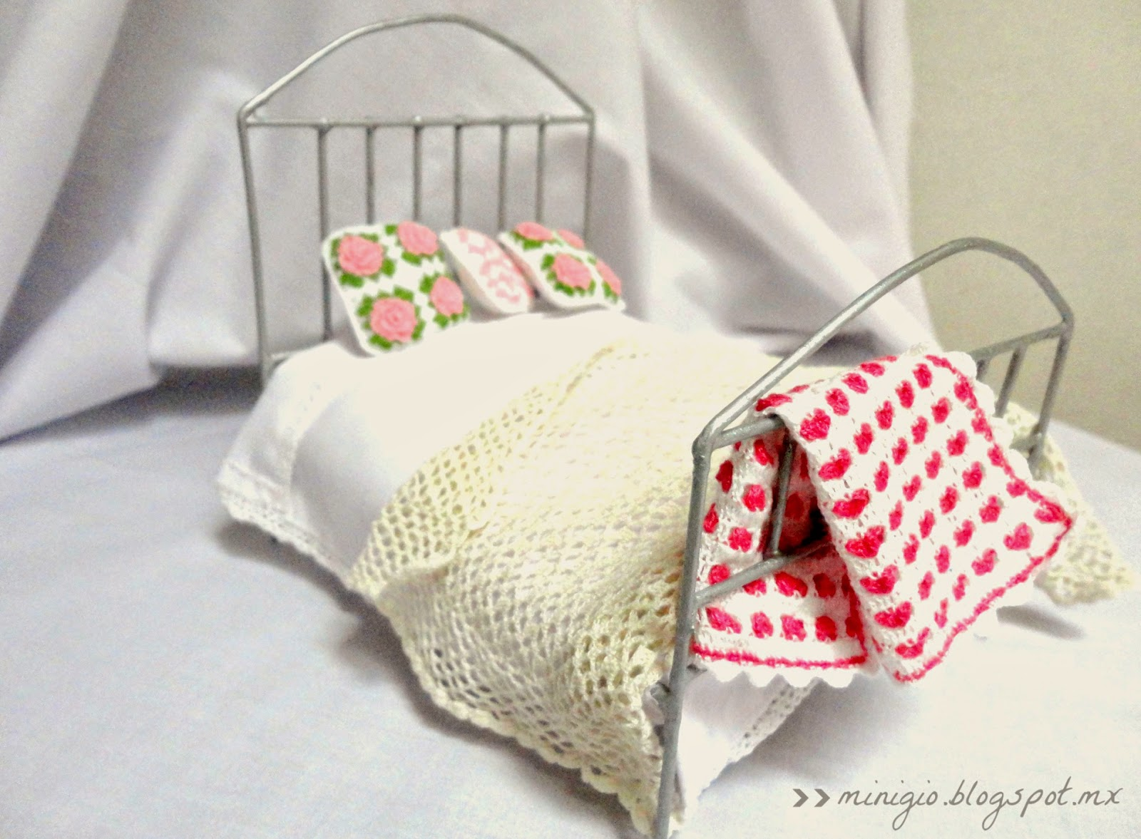 Dollhouse bed, scale 1:12, miniature crochet, casa de muñecas