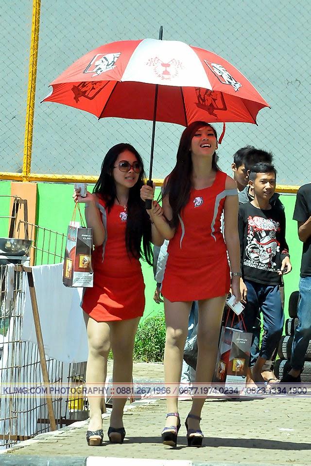Nama Gadis SPG Rokok Apache Berbaju Merah itu NINDI
