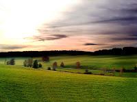 İç Açıcı Bir Gün Batımı Manzarası Resmi, Fotoğraf, Duvar Kağıdı, Masaüstü, Yeşillik, Çimen, Dağlar