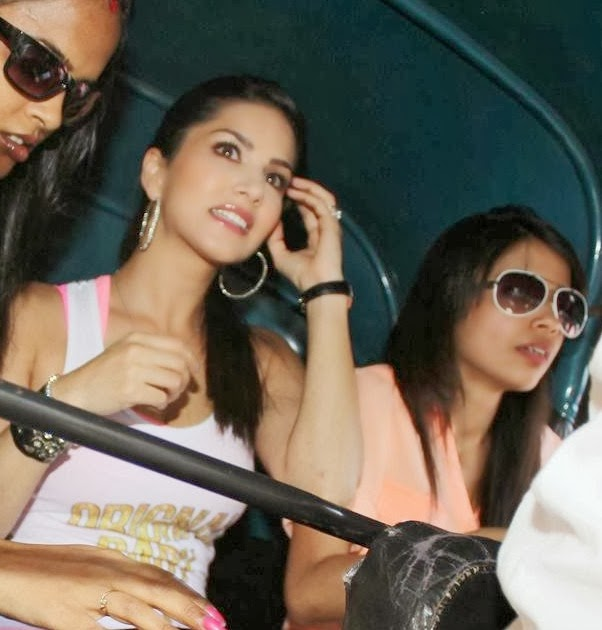 Hot actress Sunny Leone Promotes Ragini MMS 2 with Autorickshaw