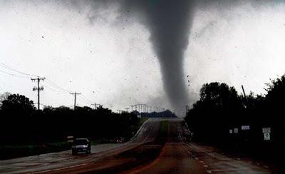Foto-foto Tornado Mengerikan Yang Menghancurkan Kota Dallas [ www.BlogApaAja.com ]