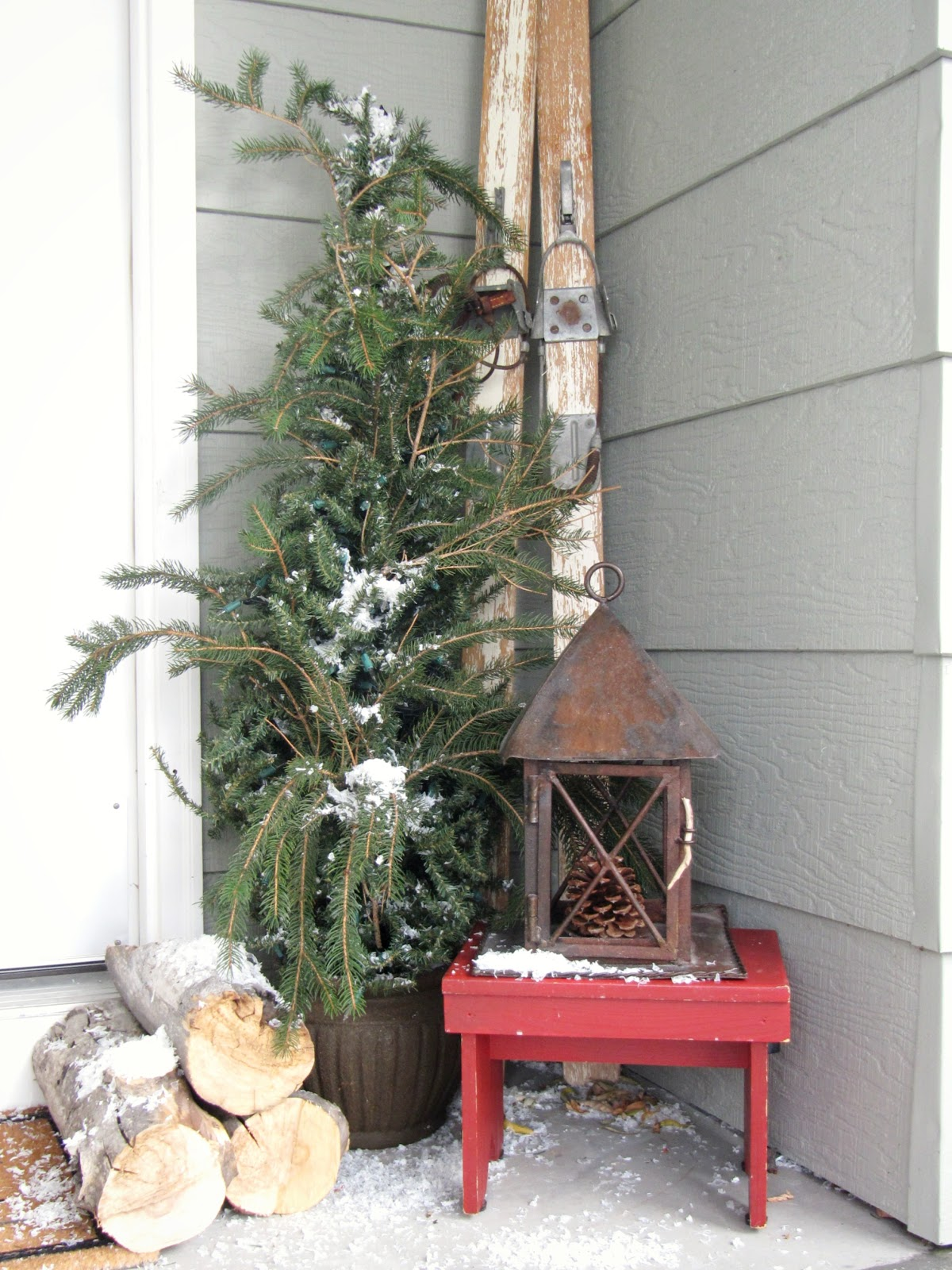 My christmas porch a wreath makeover the wicker house for Country christmas decorations for front porch