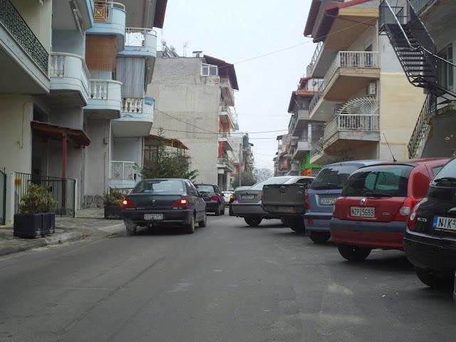 Σε στενό μετατρέπεται η Ηρώων Πολυτεχνείου από τα παρκαρισμένα