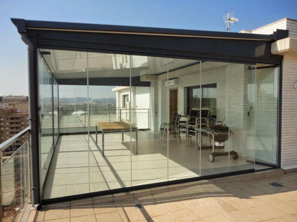 Decoraci n de una terraza con cortinas de cristal - Construir habitacion en terraza de atico ...