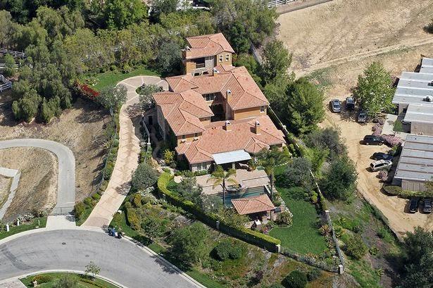 """""""أيجي أزاليا"""" وصديقها """"نيك يونغ"""" يشترون منزل """"سيلينا غوميز"""" كأول عش للزوجية"""