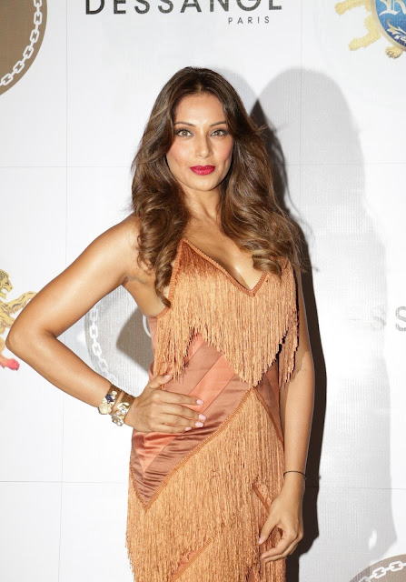 Bipasha Basu Displays Her Sexy Cleavage As She Parties With Karan Singh Grover and Rocky In Mumbai