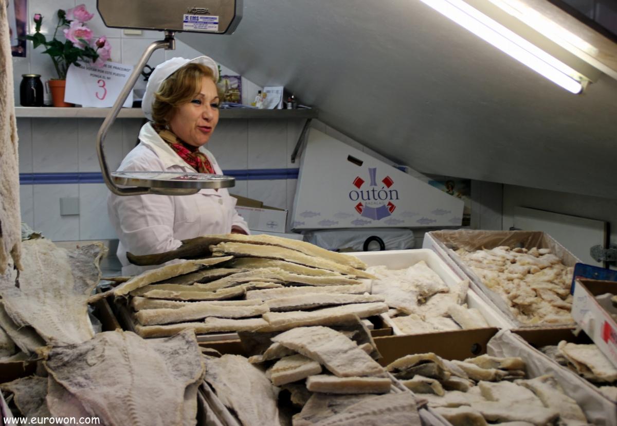 Pescadera vendiendo bacalao seco en Vigo