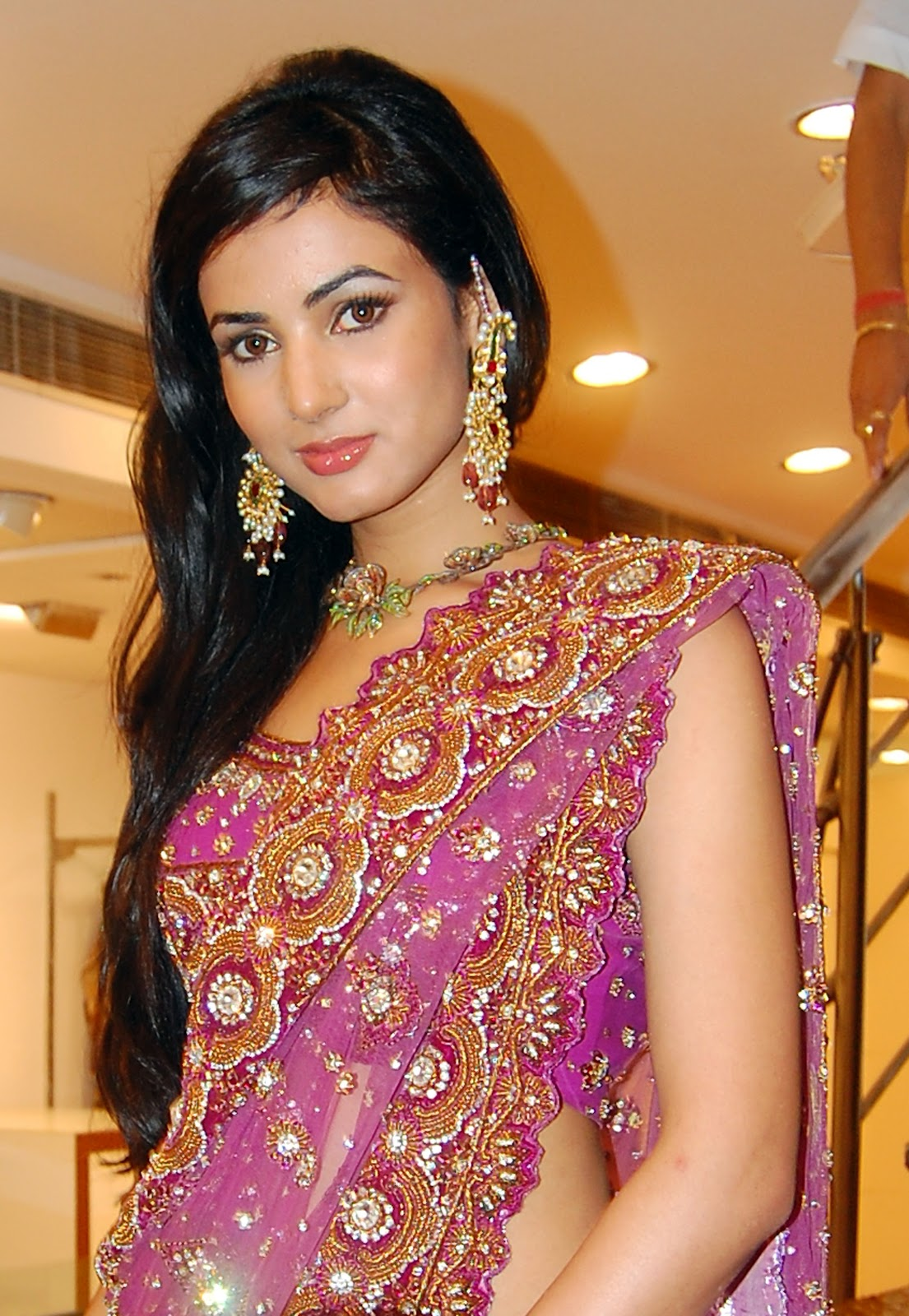 Sonal Chauhan Hot Wallpapers Images Photos Hd Wallpapers Download
