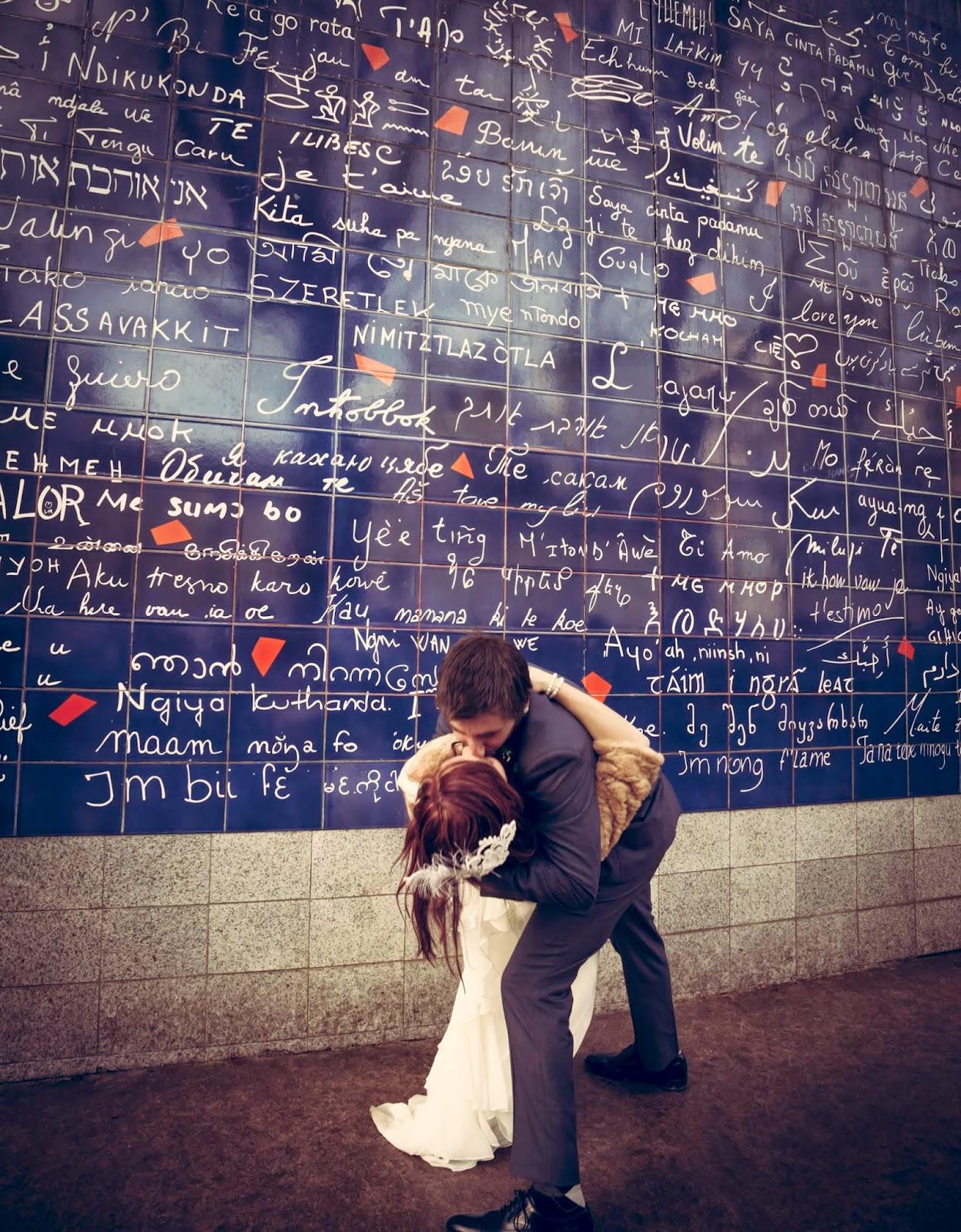 couple d'amoureux devant le mur des je t'aime à Paris