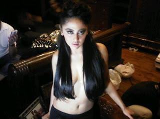 Dewi Persik Topless