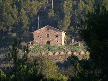 La masia de La Roca des del Camí del Serrat de l'Àliga