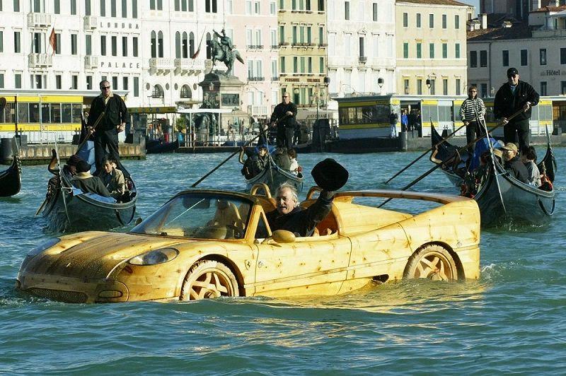 الفنان  الايطالي ليفيو يصنع  سيارة خشبية من طراز فيراري اف 50