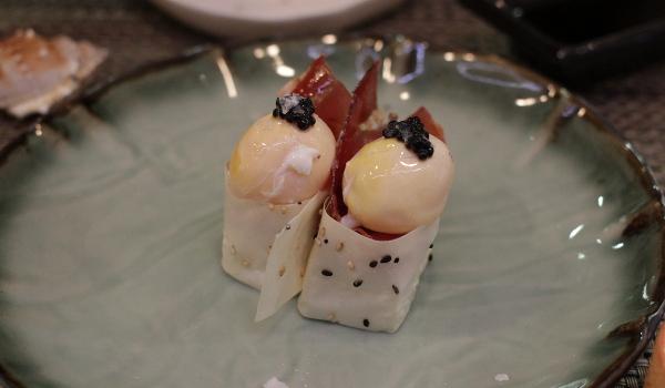 Nigiri con huevo, trufa y jamón