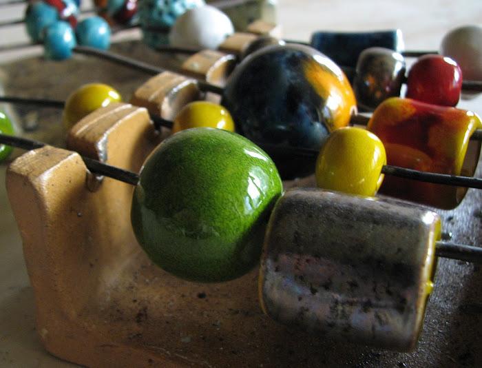 Korale ceramiczne na wieszaku