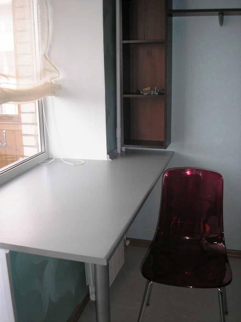 Кухонный стол вместо подоконника.