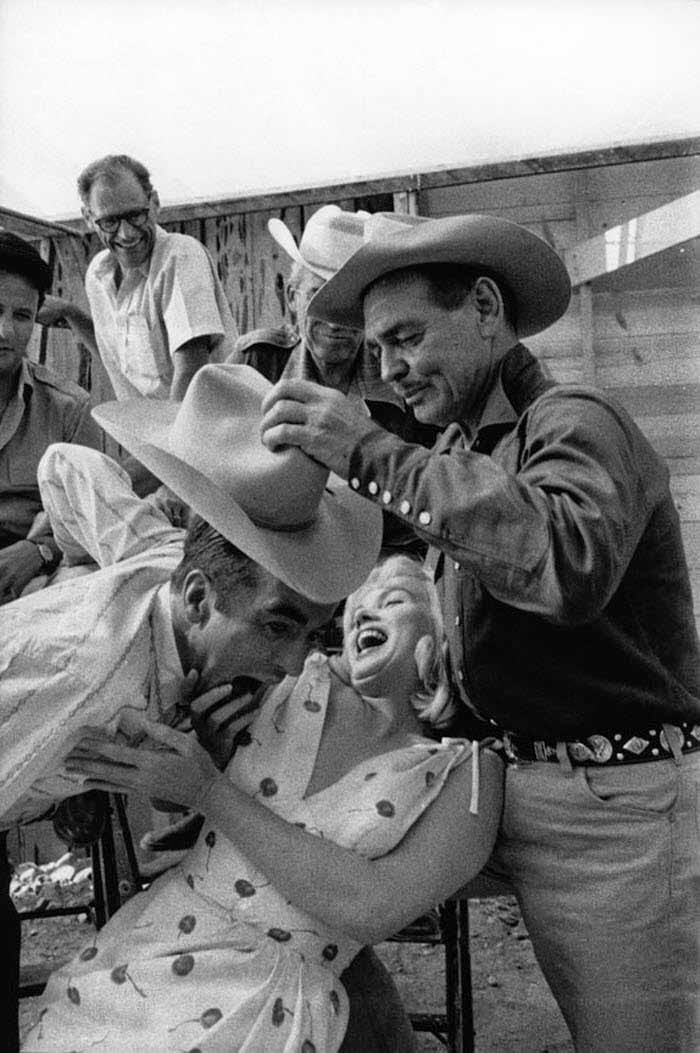 "Montgomery Clift, Marilyn Monroe y Clark Gable en el Set de ""Vidas rebeldes"" (1961)"