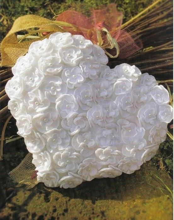 Симпатичная белая подушечка с цветочным мотивом