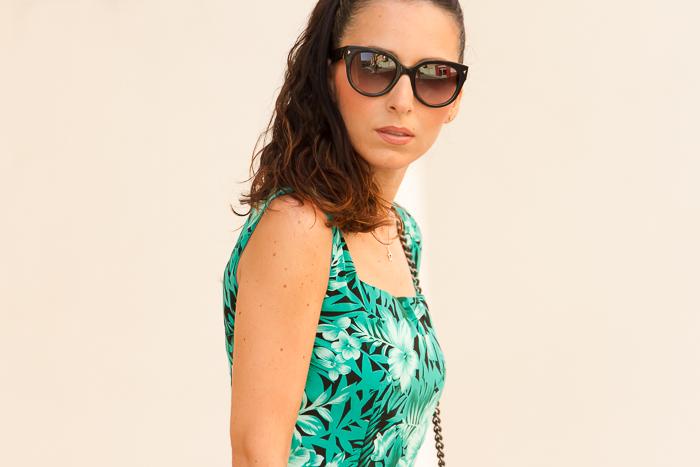 Look estilo lady casual vestido verde y gafas Prada