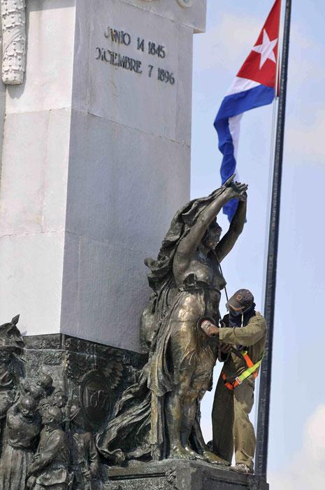 Un trabajador de la Empresa Constructora Puerto Carenas de la Oficina del Historiador de la Ciudad realiza labores de pulido de una de las alegorías que integran el Monumento al Mayor General del Ejercito Libertador Antonio Maceo, en el parque que lleva su nombre, en La Habana, Cuba, el 24 de julio de 2013