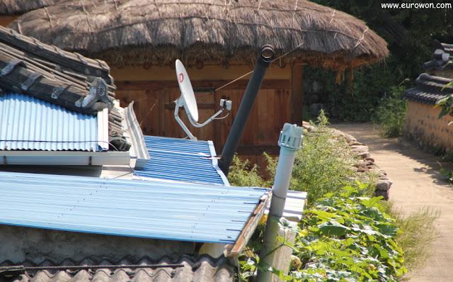 Antena parabólica en la aldea tradicional Museom
