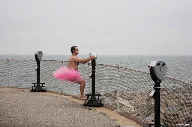Hombre se pone un tutú rosa y viaja por el mundo esposa lucha contra el cáncer de mama