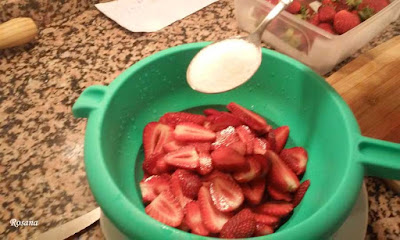 añadimos azucar a las fresas