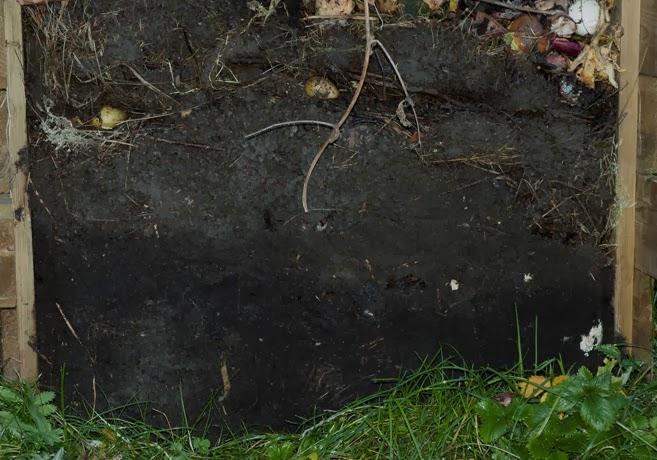 En kompost med fronten borttagen.