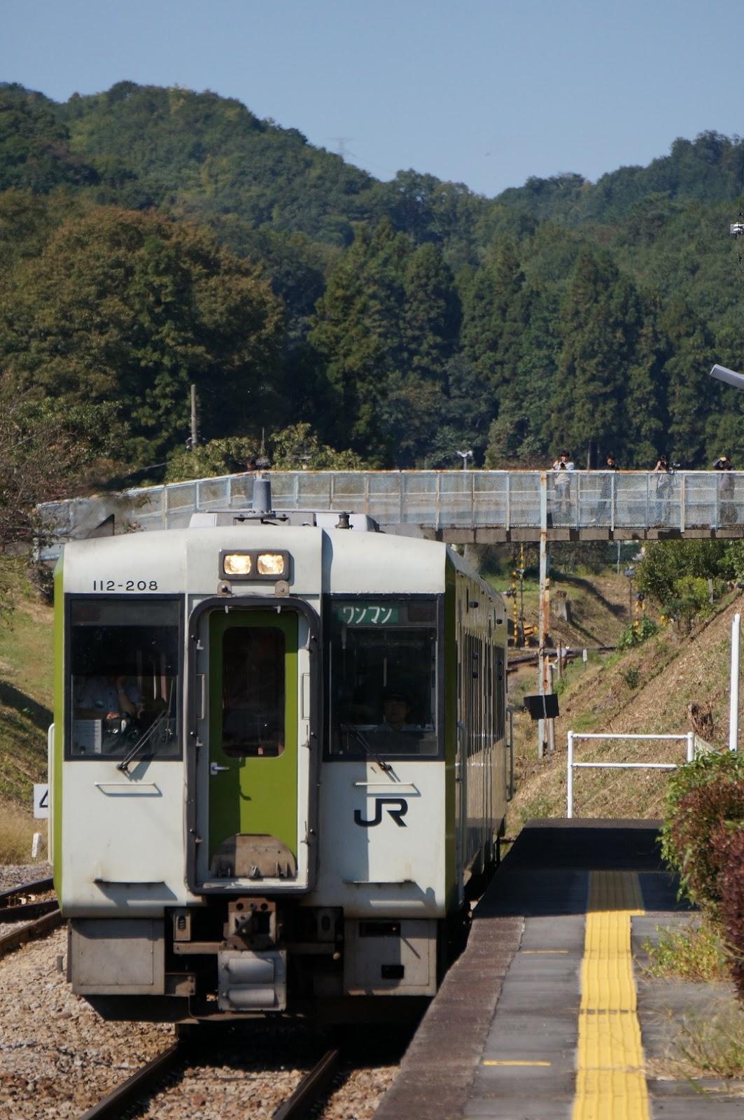 駅に到着するキハ110
