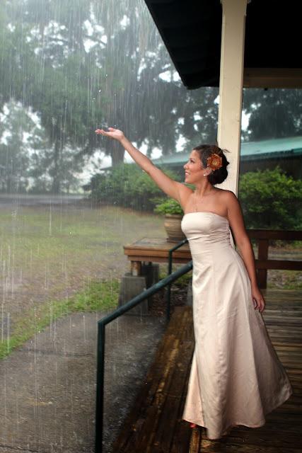 Свадебное фото: дождь, спасибо за твое тепло