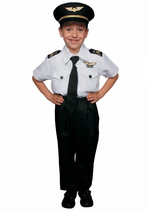 Foto anak kecil laki-laki memakai kostum pilot