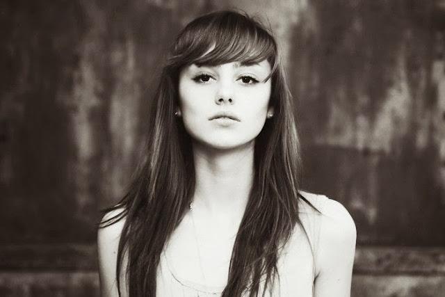 Девушка с прямыми волосами в профиль