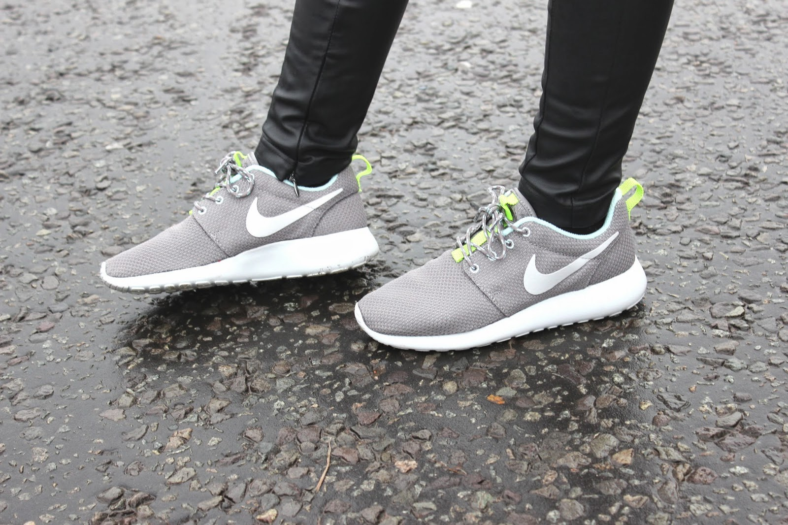 FASHION_BLOGGER_WEARING_GREY_NIKE_ROSHE_RUN_TRAINERS_FROM_USC