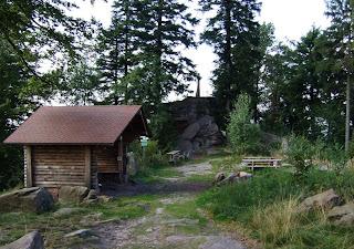Bernstein oberhalb des Murgtals mit Schutzhütte und Grillplatz