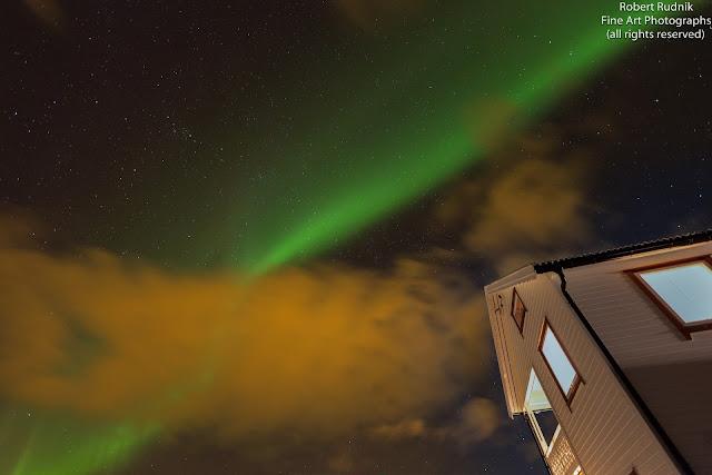 Đêm tất niên với cực quang trên bầu trời bởi Robert Rudnik. Oxy phân tử gây ra màu xanh cho cực quang còn Nito phân tử thì gây ra màu hồng-đỏ cho cực quang.