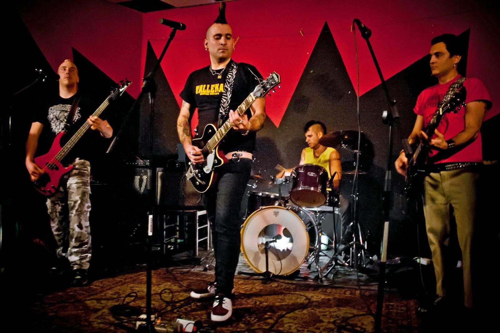 http://punkexpress.com/content.php/615-SUZIO-13-SARTENAZO-en-el-MasMusica-en-Avila
